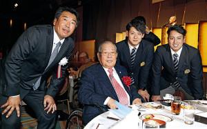 祝賀会で記念撮影する(左から)立正大の坂田精二郎監督、野村克也氏、DeNAの伊藤裕季也、楽天の小郷裕哉