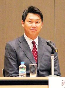 広島市内で講演会を開いた前広島の新井氏