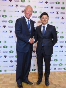 来季日程を発表した青木会長(左)と今平