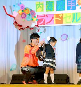 都内の児童養護施設で行われた「ランドセル基金」贈呈式に出席し、子供たちにランドセルを贈呈する内海