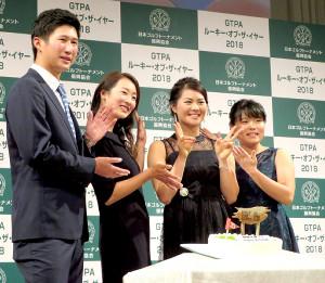 都内で21日、日本トーナメント振興協会の表彰式で新人賞を受賞した(左から)星野陸也、松田鈴英、新垣比菜、勝みなみ