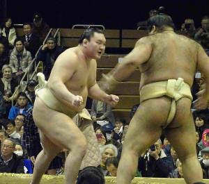 ぶつかり稽古で胸を出す横綱・白鵬(左)