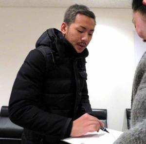 ドイツから帰国し、ファンにサインするフュルトMF井手口陽介