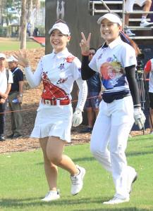 アマチュアの吉田優利(左)とティティクル
