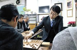 閉所される八王子将棋クラブをサプライズ訪問し、指導対局を行う羽生善治前竜王