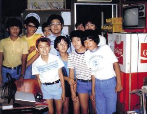 1982年夏の八王子将棋クラブ。前列左端が小6の羽生、同左から3人目は後に十八世名人資格保持者となる森内俊之現九段