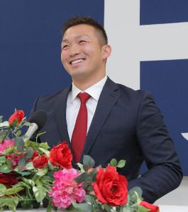 1時間の交渉を終え、笑顔で会見した広島・鈴木