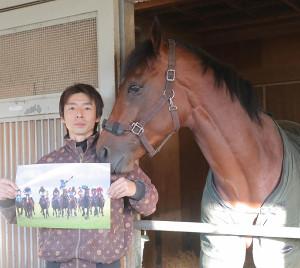 有馬記念の写真を担当の八木助手から見せてもらうブラストワンピース(カメラ・池内 雅彦)