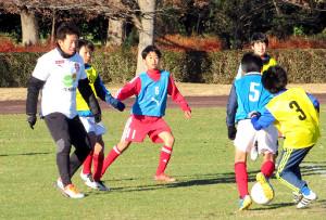 サッカー教室でちびっ子とボールを追いかける浦和DF宇賀神友弥(左)