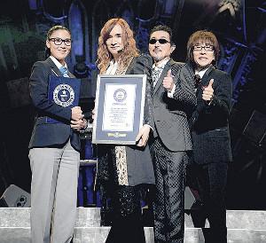 ギネス世界記録の認定証を公式認定員に贈呈されたTHE ALFEEの(右から)坂崎幸之助、桜井賢、高見沢俊彦