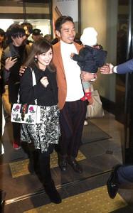 長男を抱いて愛梨夫人と帰国した長友(カメラ・内田 知宏)