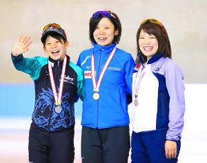 女子500メートルの表彰式で笑顔を見せる(左から)高木菜那、高木美帆、佐藤綾乃