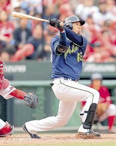 昨年4月の広島戦で適時打を放つ代打・大松