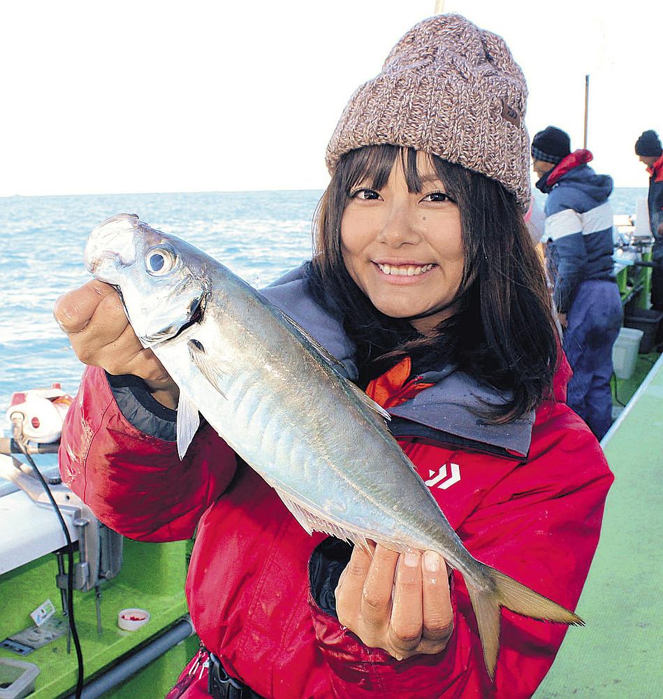 走水沖で釣れた30センチ超のアジ。東京湾では爆釣が続いている(関義丸で)