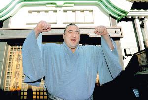 報知年間最優秀力士賞に選ばれ、ガッツポーズで喜びを表す栃ノ心(カメラ・池内 雅彦)