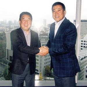ラジオ収録を行い、徳光和夫(左)さんとがっちり握手を交わす原監督