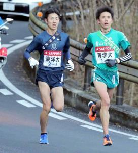 第94回大会の6区、青学大・小野田勇次(右)とデッドヒートを繰り広げる東洋大・今西駿介(18年1月)