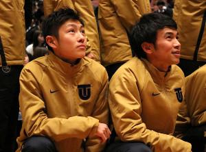 12月13日の壮行会で記念写真に収まる今西(左、右は3年の相沢)(C)スポーツ東洋