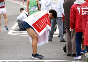 18年11月の第50回全日本大学駅伝、走り終えてがっくりとする西山(C)スポーツ東洋