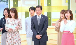 HTBのイチモニ!に生出演した栗山監督(前列中央)