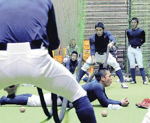 来春のセンバツに向けて体力づくりに励む札幌大谷の練習風景