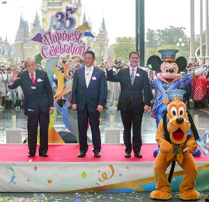 昨年4月15日にTDLワールドバザールで行われた35周年セレモニー(左からOLC加賀見俊夫会長、上西京一郎社長、ウォルト・ディズニー・パーク&リゾートのマイケル・A・コールグレイザー氏、ミッキーマウス&プルート)