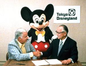ディズニー社のカードン・ウォーカー社長(左)とOLC高橋政知社長(右)の歴史的調印式にミッキーマウスが立ち会った(1979年4月30日)(C)Disney