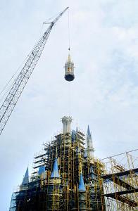 高さ51メートルのTDLのシンボル、シンデレラ城の尖塔(せんとう)がクレーンで取りつけられた(1982年)(C)Disney