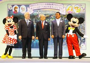 昨年6月14日、TDS大規模拡張プロジェクトを発表する(左から)ミニーマウス、ディズニー社のボブ・ワイス氏、OLCの加賀見俊夫会長、上西京一郎社長、ミッキーマウス