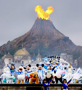 2016年9月4日のTDS15周年セレモニーで、プロメテウス火山からの噴火が、風向きの影響で偶然ミッキーマウスのように見える奇跡が起きた(カメラ・酒井 隆之)