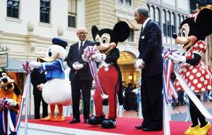 1983年4月15日、TDLグランドオープニング(壇上左からドナルドダック、OLC高橋政知社長、ミッキーマウス、ディズニー社カードン・ウォーカー会長、ミニーマウス)(C)Disney