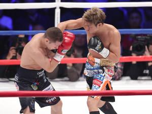 1回、エフゲニー・チェプラコフに右フックを打ち込む伊藤雅雪(右)