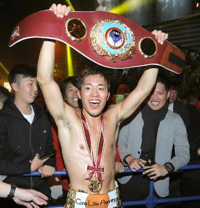 7回TKO勝利で初防衛成功の伊藤雅雪はベルトを掲げて笑顔