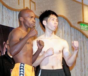 計量をパスした坂本真宏(右)とムザラネ
