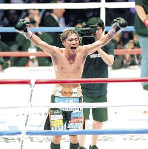 7回TKO勝ちで初防衛に成功した伊藤は、雄たけびを上げて喜んだ(カメラ・関口 俊明)