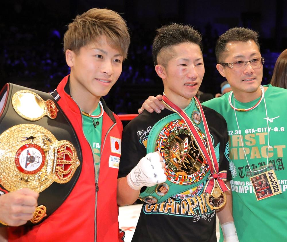 判定勝利で暫定王座に就いた井上拓真(中)は兄・尚弥(左)、父の真吾トレーナーに祝福され笑顔