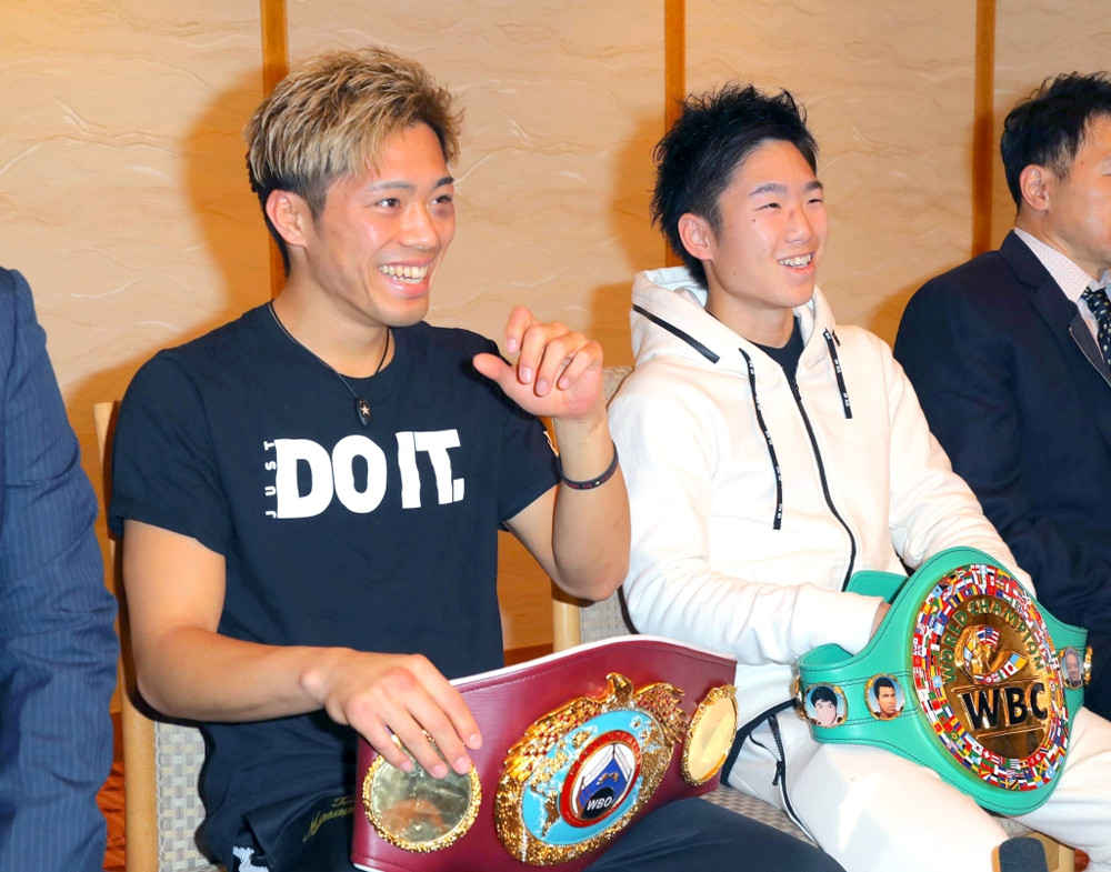 伊藤(左)と会見する拳四朗