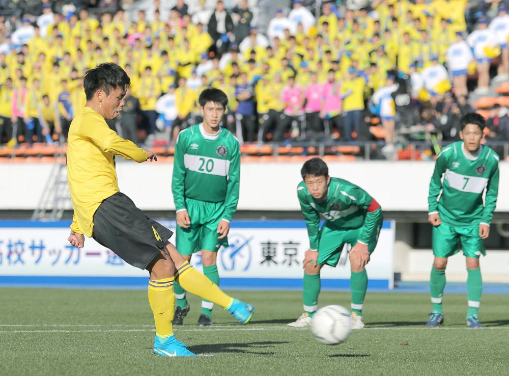 前半24分、PKを決める仙台育英・今野太(左)