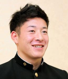 笑顔でインタビューに答える吉田輝