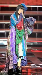 幻想的なドレスで美声を響かせたDAOKO