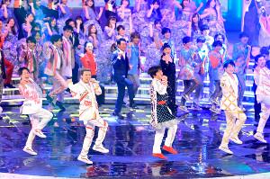 「いいね!ダンス」で会場を盛り上げるDA PUMP・ISSA(左から2人目)と内村光良(同3人目)