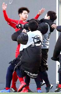 前半15分、東福岡の大森真吾(左)が先制のゴールを決め、喜ぶ(カメラ・川口 浩)