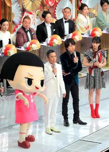紅白でも存在感をみせたチコちゃん(左端)と岡村隆史、櫻井翔、広瀬すず
