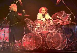 ドラムをたたくYOSHIKI(右)とHYDE
