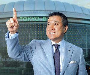 東京ドームをバックに、力強くチーム構想を語る原監督(カメラ・橋口 真)