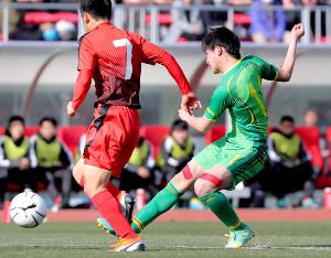 前半18分、チーム2点目を決める帝京長岡・晴山(右)