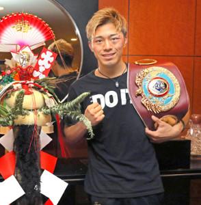 初防衛に成功した伊藤は、正月飾りの横でポーズをとった