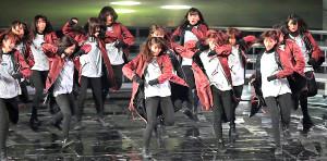 激しいダンスを披露する欅坂46