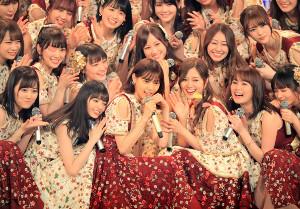 ラストステージを飾った乃木坂46の西野七瀬(前列左から2人目)はメンバーに囲まれる