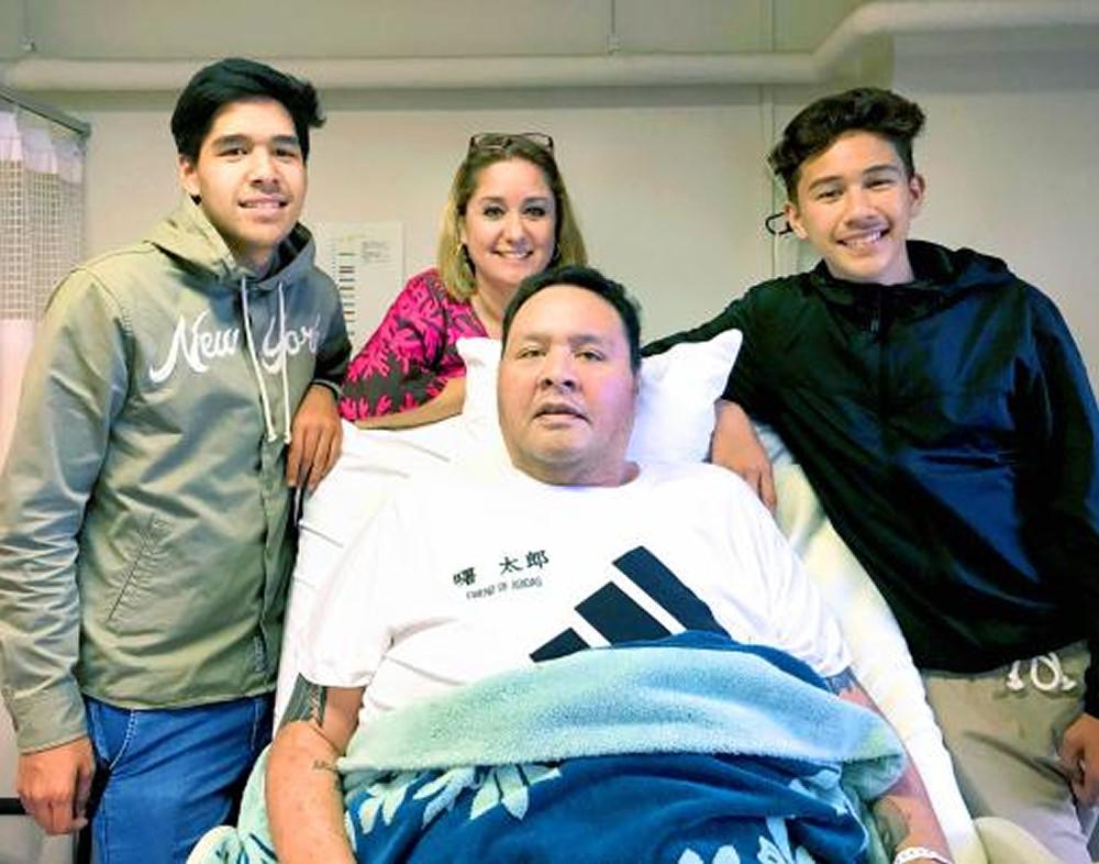 入院中の曙(中央)に付き添う(後列左から)長男・コーディーさん、クリスティーン夫人、次男・カーナーさん